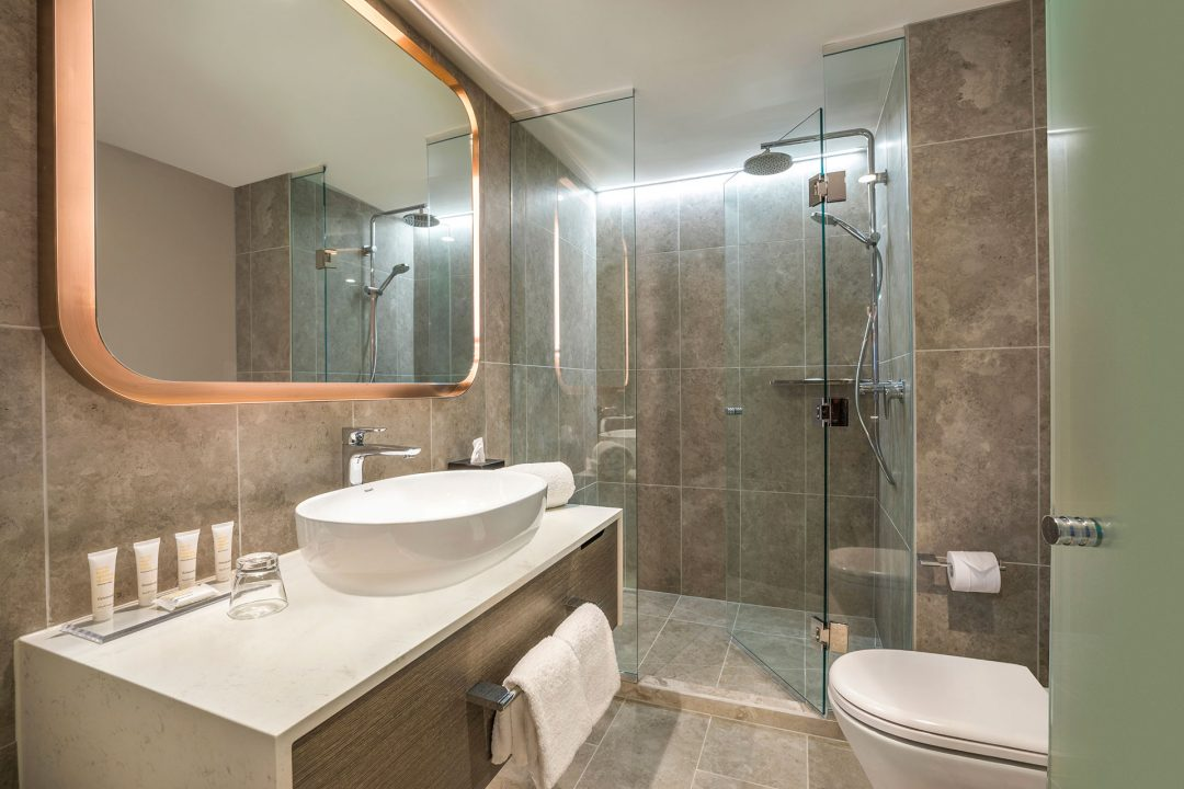 Crowne Plaza Melbourne STandard king room Bathroom